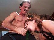 Brünette Schlampe gibt Blowjob und wird anal hart gefickt